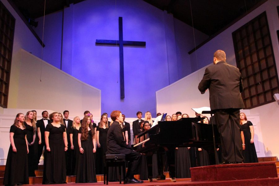 Thomas+Ardrey+leads+chamber+choir+during+concert+on+Oct.+17.