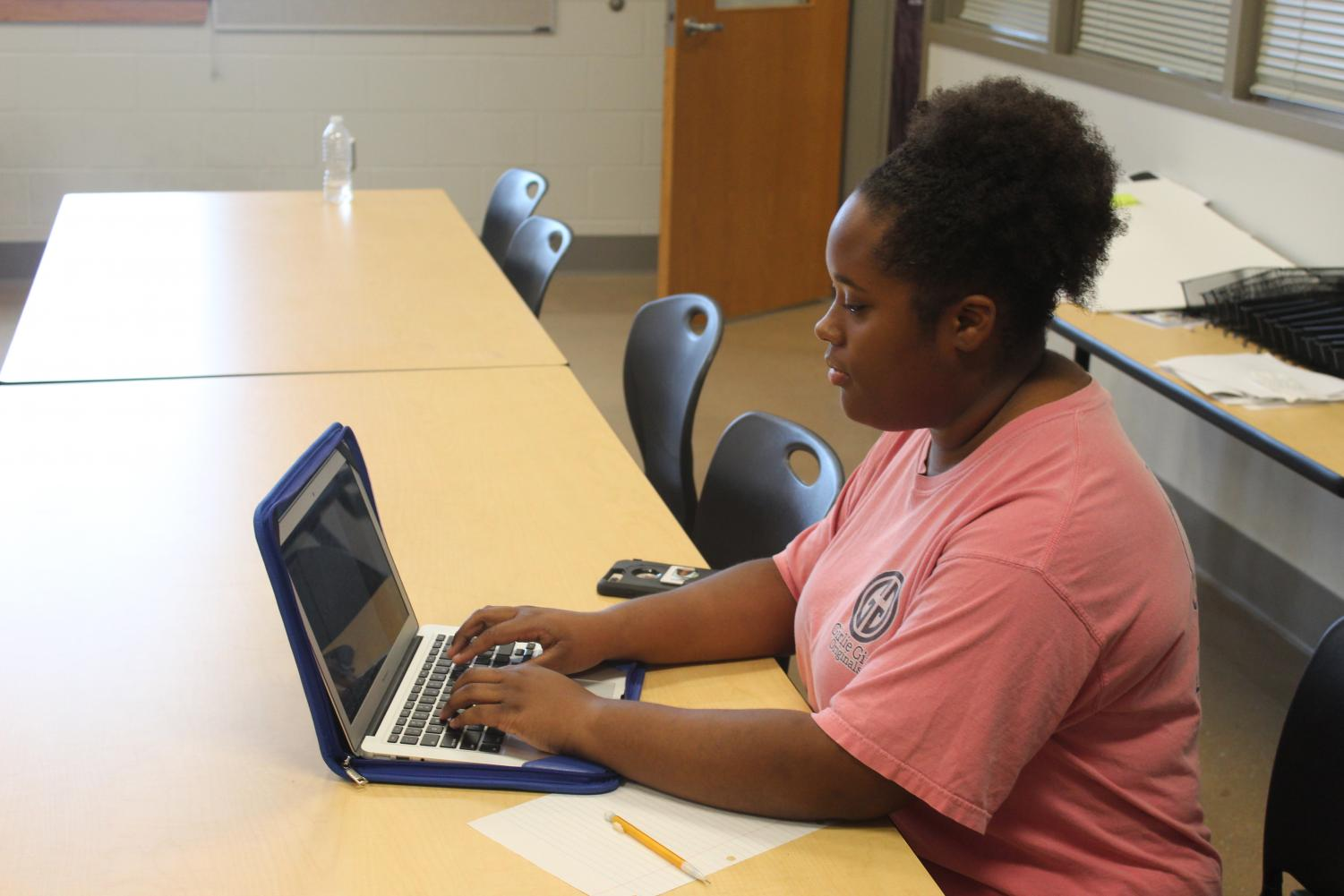 Junior Janelle Minor works on her schoolwork, which consists of both college and high school classes. Minor is one of the 13 OHS students participated in the Scholastic Institute this year.
